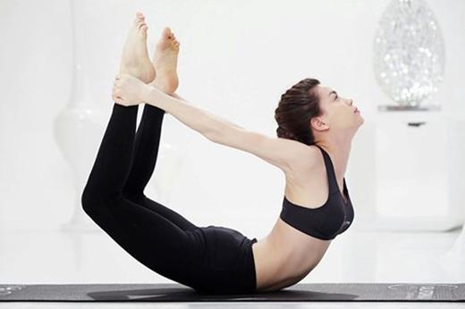 """Động tác yoga """"cánh cung"""" của Hồ Ngọc Hà cũng giúp cô khoe vẻ quyến rũ của mình. (Ảnh: Internet) - Tin sao Viet - Tin tuc sao Viet - Scandal sao Viet - Tin tuc cua Sao - Tin cua Sao"""