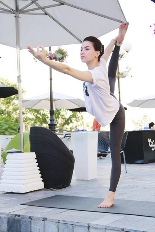Nhờ sự dẻo dai mà yoga mang lại, Hồ Ngọc Hà có thể thoải mái thực hiện những động tác vũ đạo đẹp mắt trên sân khấu và đồng thời hát live. (Ảnh: Internet) - Tin sao Viet - Tin tuc sao Viet - Scandal sao Viet - Tin tuc cua Sao - Tin cua Sao
