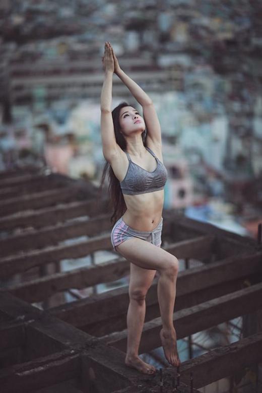 Có thể nói cô đặc biệt ở chỗ tạo dáng tập yoga ở những nơi không ai nghĩ đến. (Ảnh: Internet) - Tin sao Viet - Tin tuc sao Viet - Scandal sao Viet - Tin tuc cua Sao - Tin cua Sao