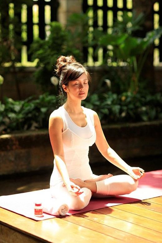 """Nàng """"Bống"""" Hồng Nhung đã ở tuổi 45 và đã có 2 con nhưng thân hình vẫn không kém cạnh các cô gái đôi mươi, một phần là nhờ yoga và một phần nhờ chế độ ăn uống khoa học. (Ảnh: Internet) - Tin sao Viet - Tin tuc sao Viet - Scandal sao Viet - Tin tuc cua Sao - Tin cua Sao"""