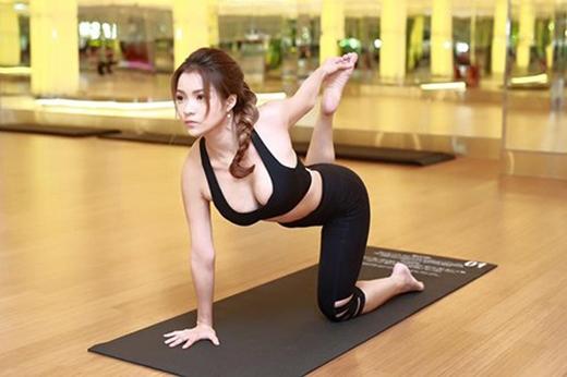 """Thủy Top khoe ngực """"khủng"""" trong một tư thế yoga khó mà không kém phần gợi cảm. (Ảnh: Internet) - Tin sao Viet - Tin tuc sao Viet - Scandal sao Viet - Tin tuc cua Sao - Tin cua Sao"""
