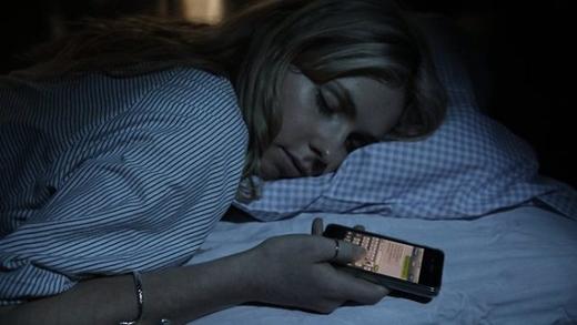 Vừa ngủ vừa nhắn tin, đây là triệu chứng hoàn toàn có thật.(Ảnh: Internet)
