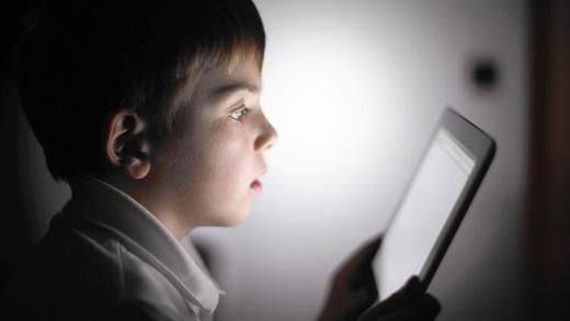 Cận thị là căn bệnh phổ biến ở những người dùng smartphone quá nhiều. (Ảnh: Internet)