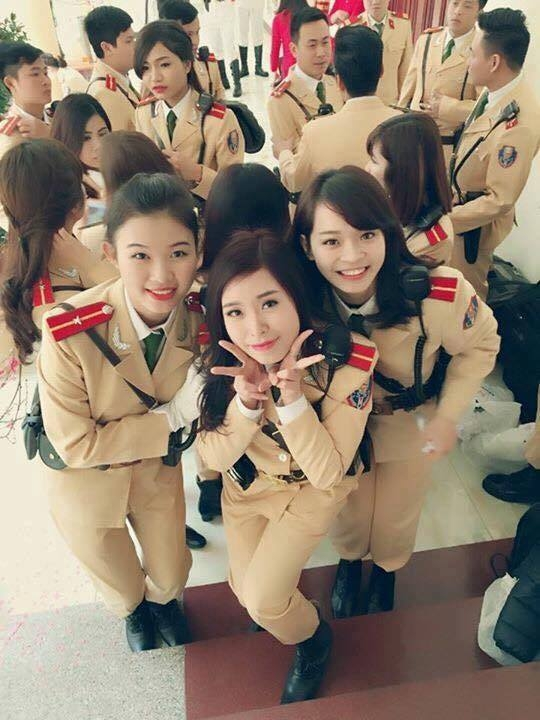 Thích thú với những bức hình cực xinh của nữ cảnh sát giao thông Việt Nam