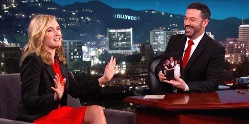 Nữ diễn viên Kate Winslet trò chuyện cùng người dẫn chương trình Jimmy Kimmel.
