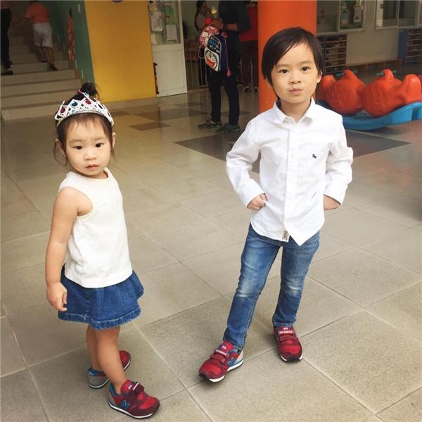 Rio và Cherry diện đồ đôi, cùng dắt tay nhau đi học. - Tin sao Viet - Tin tuc sao Viet - Scandal sao Viet - Tin tuc cua Sao - Tin cua Sao