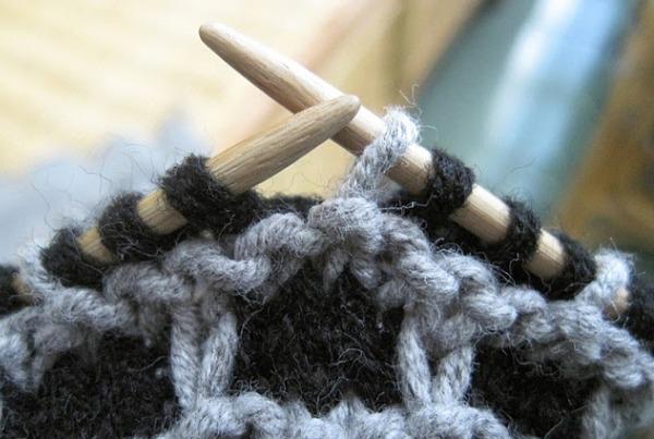 Người phụ nữ 20 năm trữ tóc rụng của mình để... đan áo