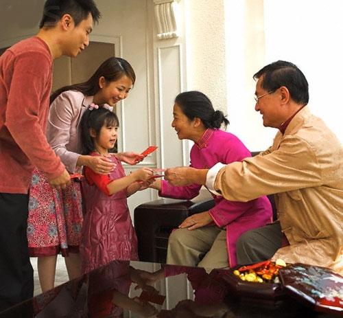 Vào dịp Tết các trẻ nhỏ thường nhận được rất nhiều tiền lì xì. (Ảnh minh họa: Internet)