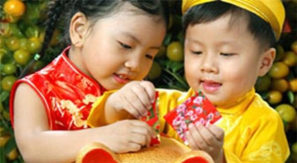 Nên dạy trẻ có cách dùng tiền lì xì một cách hợp lí. (Ảnh minh họa: Internet)