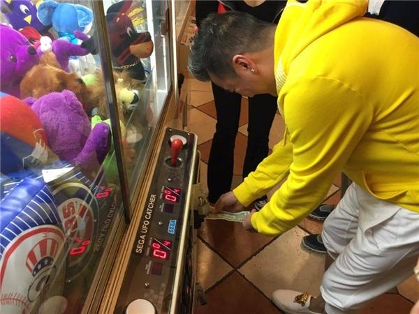 Với chùm ảnh tại Mỹ lần này, nhiềukhán giả đãbất ngờ và thích thú với hình ảnh Mr Đàm đi chơi trò…gắp thú trong trung tâm thương mại cũng với những người bạn. - Tin sao Viet - Tin tuc sao Viet - Scandal sao Viet - Tin tuc cua Sao - Tin cua Sao