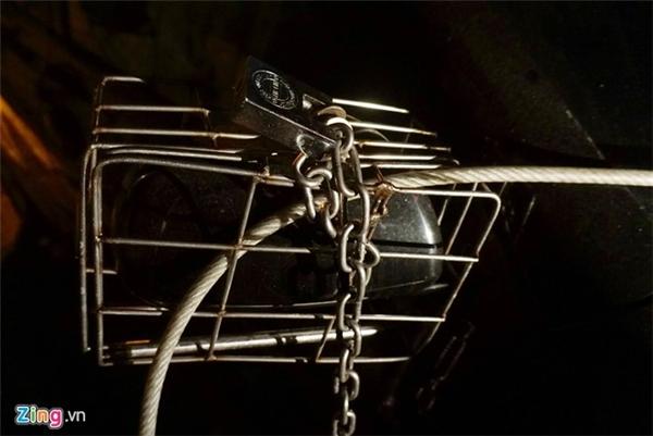 """""""Áo giáp gương"""" được thiết kế có bản lề phía dưới để đóng mở, tai khóa bên trên, việc tháo lắp đơn giản khoảng 20 giây"""", chủ xe sống ở phố cổ Hà Nội chia sẻ."""