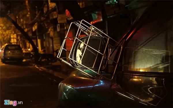 Tối muộn 22/2, anh Minh đi làm về nhà, đỗ xe trước cửa và đeo rọ cho 2 củ gương.