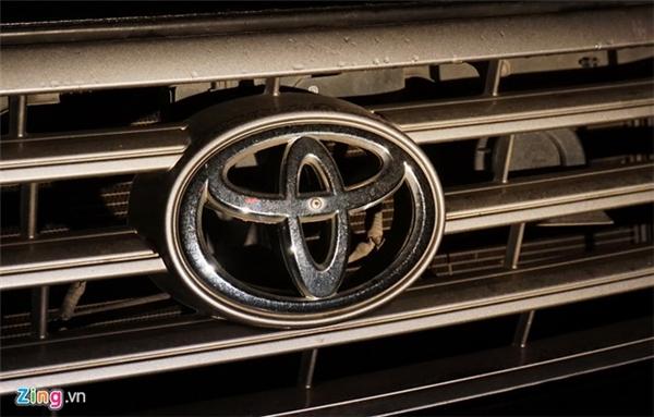 Ngoài làm rọ gương, logo xe ở lưới tản nhiệt cũng được tán đinh vít chống cạy.