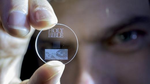 Cận cảnh 1 chiếc đĩa lưu trữ dữ liệu 5D.(Ảnh:southampton.ac.uk)