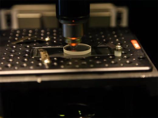 Quy trình ghi dữ liệu lên đĩa bằngfemtosecond laser.(Ảnh:southampton.ac.uk)
