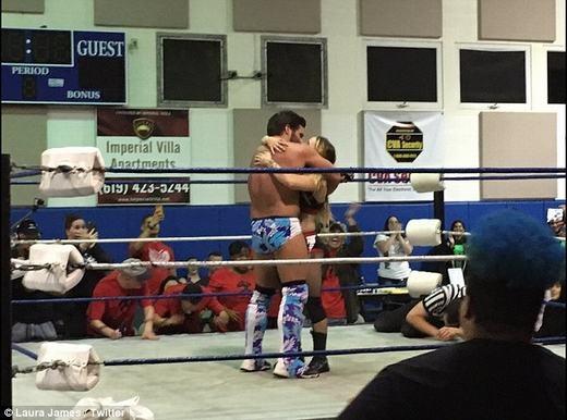 ...cả hai sau đó trao nhau những nụ hôn cực kì nồng thắm. (Ảnh: Daily Mail)