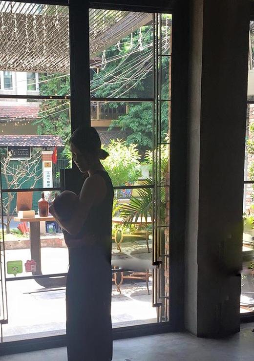 Bức ảnh ru con cực kìtình cảm và hiếm hoi của Hà Tăng vừa được lan truyền trên mạng. (Ảnh: Internet) - Tin sao Viet - Tin tuc sao Viet - Scandal sao Viet - Tin tuc cua Sao - Tin cua Sao
