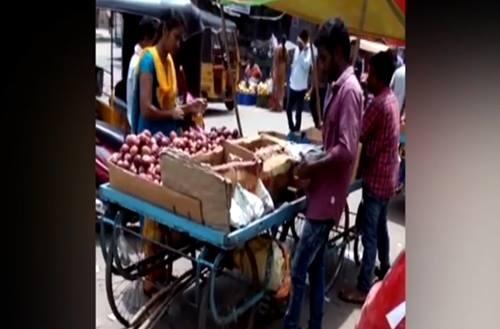Trố mắt với chiêu thức gian lận tinh vi của người bán hoa quả