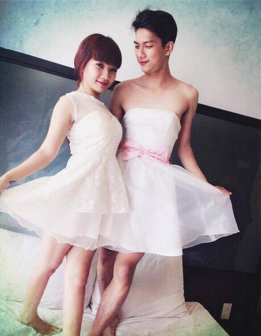 Điểm đặc biệt của bộ ảnh này chính là Đạt tình nguyện mặc đầm, tạo dáng e thẹn bên người yêu, trông như... hai chị em. (Ảnh: Internet)