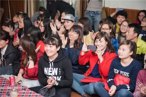 Các bạn trẻ tham dự buổi gặp gỡ là fan Chi Pu tại Hà Nội. - Tin sao Viet - Tin tuc sao Viet - Scandal sao Viet - Tin tuc cua Sao - Tin cua Sao