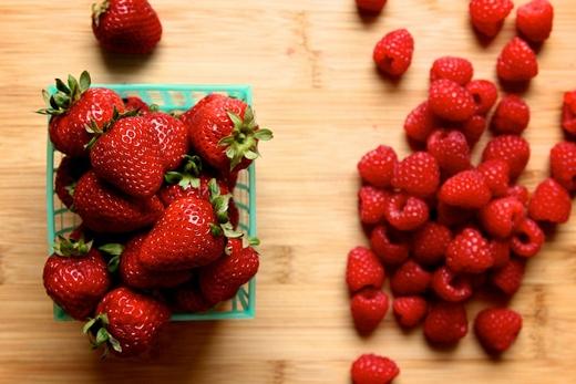 Một số loại quả họ berries như mâm xôi hay dâu có chứa nhiều vitamin và khoáng chất giúp môi căng mọng, khỏe mạnh và hồng hào. (Ảnh: Internet)
