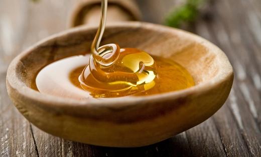 Mật ong là chất dưỡng ẩm tự nhiên, giúp môi mềm và sáng hồng hơn. (Ảnh: Internet)