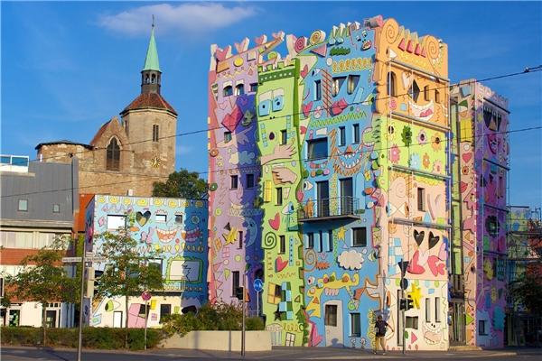 Ngôi nhà hạnh phúc nhất thế giới trông như một món đồ chơi nhựa khổng lồ đặt giữa phố.(Ảnh: Internet)