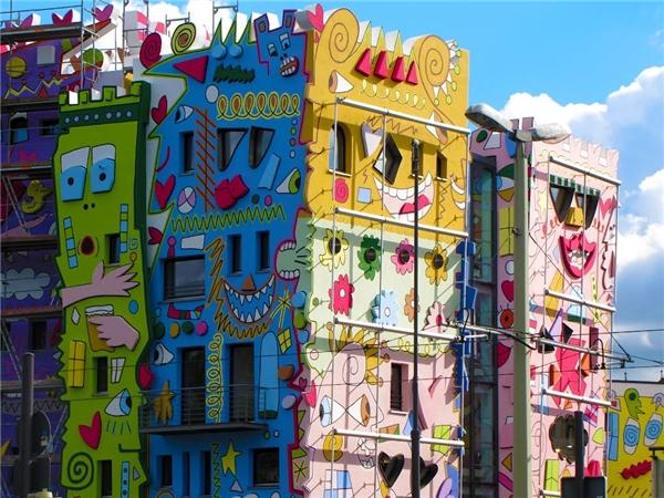 Nhưng việc thi công từng gặp một số trở ngại do cư dân ở đây nghĩ rằngthiết kế quá vui tươi, hiện đại, có phần hơi quái dị của tòa nhà này sẽ phá vỡ hoàn toàn phong cách châu Âu cổ kính đặc thù của cả khu phố.(Ảnh: Internet)