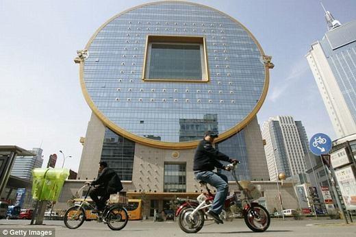 """Một tòa nhà ở Thẩm Dương có hình dạng như một đồng tiền cổ khổng lồ. Tuy nhiên, nó từng """"được"""" bình chọn là một trong những tòa nhà xấu xí nhất thế giới. (Ảnh: Internet)"""