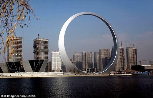 """Công trình""""Chiếc nhẫn cuộc sống"""" (Ring of life) ở Phủ Thuận, được xây dựng với hơn 3.000 tấn thép và được trang trí bằng 12.000 đèn LED. (Ảnh: Internet)"""