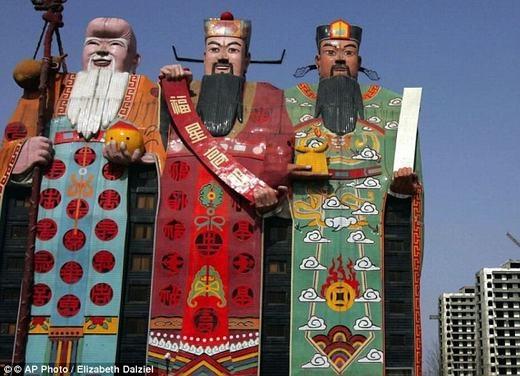 Khách sạn Tianzi tại tỉnh Hà Bắc được xây dựng khá kì dị với mặt tiền là hình ảnhcủa 3 ôngPhúc, Lộc, Thọ. (Ảnh: Internet)