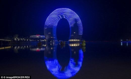"""Chiếc """"móng ngựa"""" khổng lồ Sheraton Hot Spring Resort, ở Hồ Châu, Chiết Giang. (Ảnh: Internet)"""
