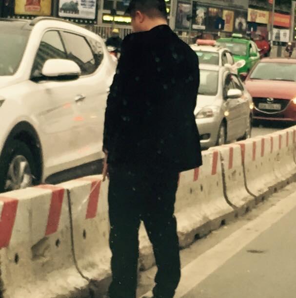 Người đàn ông mặc vest đi xe hơi vô tư trút bầu tâm sự giữa phố