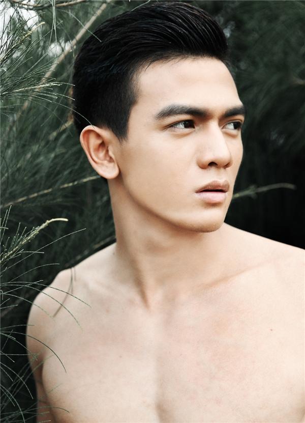 Gương mặt góc cạnh giúp Lê Xuân Tiền có được những khung hình ấn tượng theo tiêu chuẩn thời trang cao cấp.