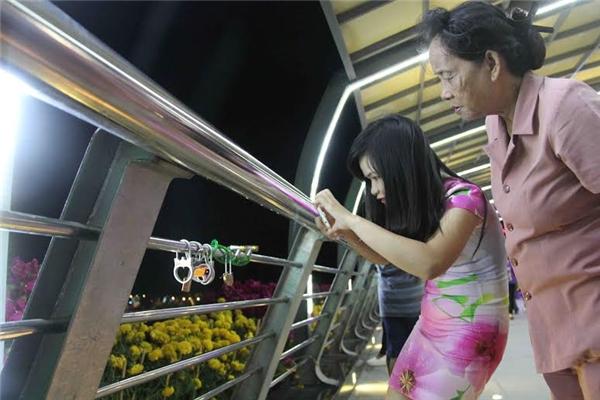 Nhiều người thích thú, đứng xem, chụp ảnh những chiếc khoá trước khi được cắt, tháo đi