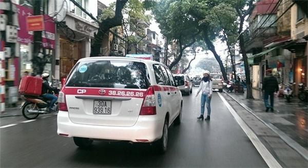 Một số hãng taxi đã có quyết định giảm giá cước song mức giảm chỉ 300-600 đồng/km và chỉ áp dụng tại một số địa phương.