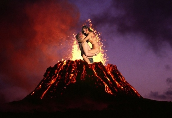 Hôn nhau bất chấp nguy hiểm, mặc núi lửa phun trào...
