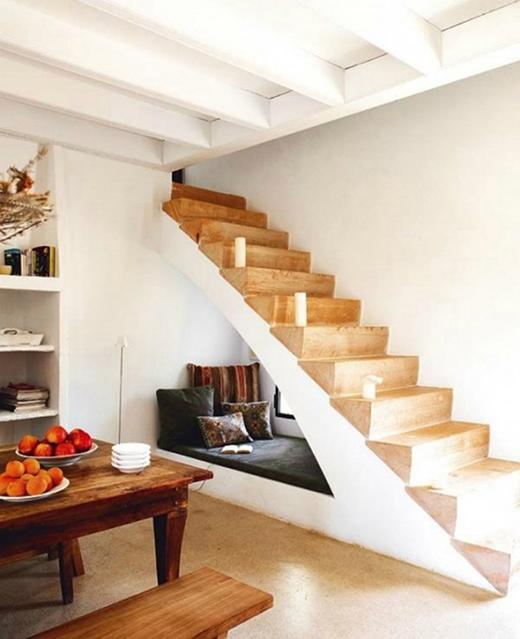 Với những căn nhà nhỏ hẹp, bạn luôn có thể tận dụng diện tích dưới chân cầu thang để làm chỗ nằm ngả lưng đọc sách. Nếu để ý kĩbạn sẽ thấy ở đó cũng có một cánh cửa sổ nhỏ tiếp nhận ánh sáng thay cho đèn vào ban ngày. (Ảnh: Internet)