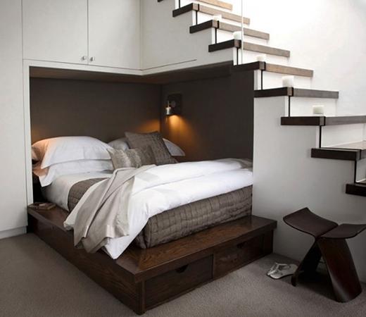 Cũng là một trường hợp tận dụng diện tích dưới gầm cầu thang, nhưng lần này bạn có thể thiết kế không gian đó thành một chốn nghỉ ngơi thực sự. (Ảnh: Internet)
