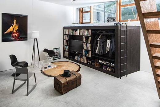 Một chiếc tủ đa năng vừa để sách vở, TV, giày dép, quần áo mà bên trên còn vừa được tận dụng làm giường ngủ nữa. (Ảnh: Internet)