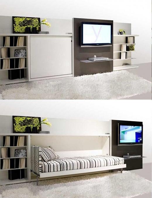 Bạn có thể thấy ngay trong phòng khách,chiếc tường treo TV được đẩy sang bên để lấy chỗ hạ chiếc giường nhỏ dành cho một người xuống. (Ảnh: Internet)