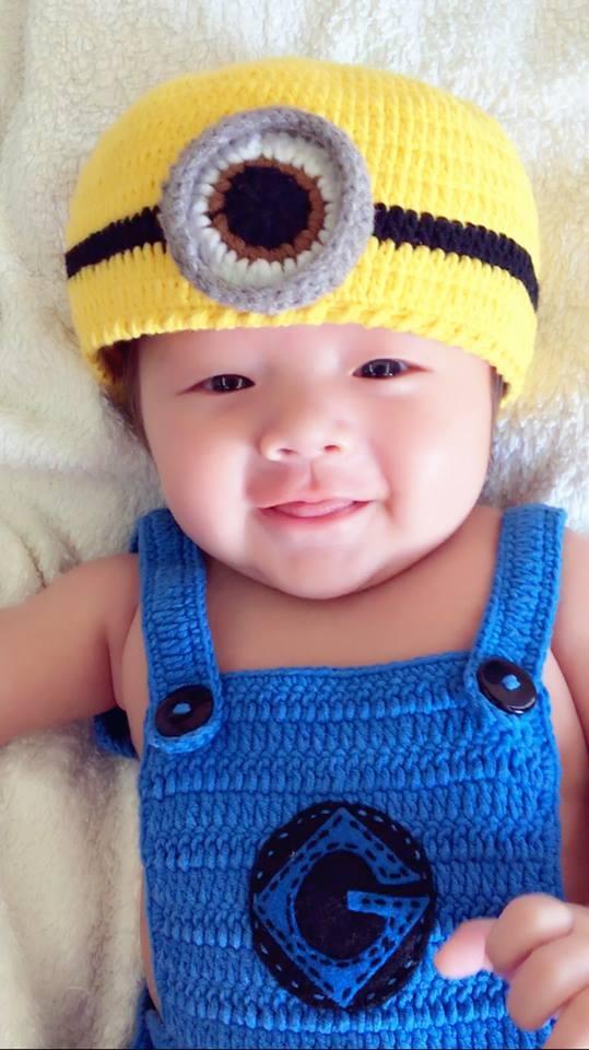Alfie hoá trang thành nhóc minion với mũ len và quần yếm vô cùng đáng yêu và kháu khỉnh. - Tin sao Viet - Tin tuc sao Viet - Scandal sao Viet - Tin tuc cua Sao - Tin cua Sao