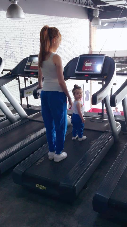 Ngay cả khi đi tập thể thao, hai mẹ con cũng tranh thủ khoe phong cách giống hệt nhau từ đầu đến chân với áo ba lỗ trắng, quần thể thao xanh và sneaker trắng. - Tin sao Viet - Tin tuc sao Viet - Scandal sao Viet - Tin tuc cua Sao - Tin cua Sao