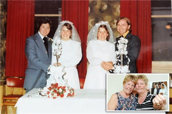 Từ trái sang phải: Derrick Tomlinson, Lynda Tomlinson, Ann Ross và Ronald Ross vào lễ cưới chung ngày 15/2/1975.(Ảnh: SWNS)