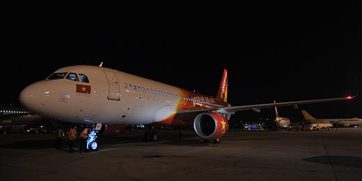 Tàu bay thứ 34 của Vietjet đã về đến sân bay Tân Sơn Nhất.  Anh Thái Trọng Toàn – Phó Giám đốc Kĩthuật chào đón phi hành đoàn về trên tàu bay mới.