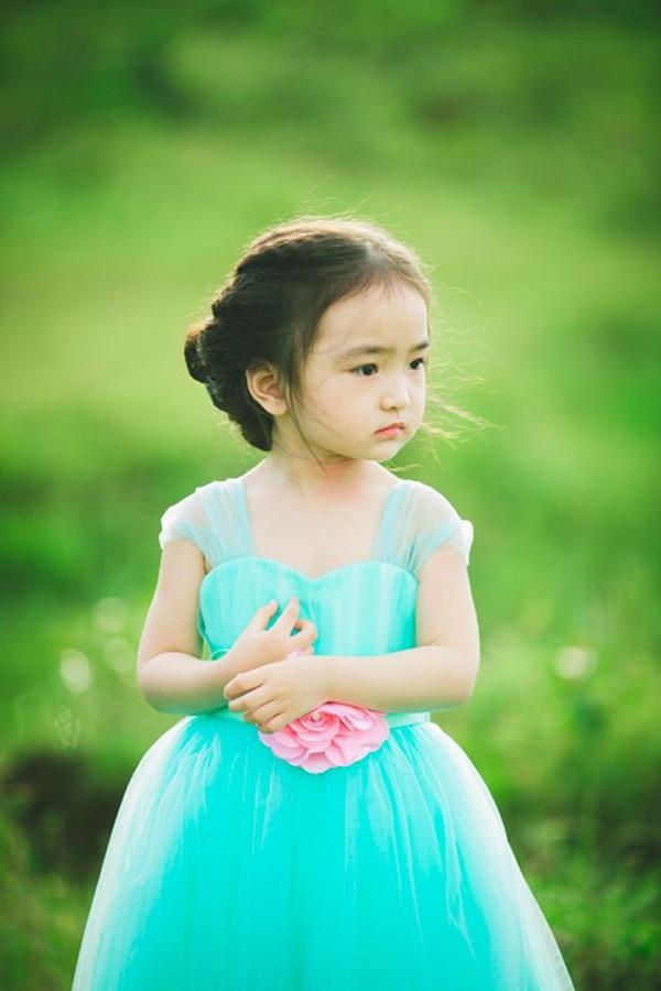 Nét đẹp rất Tây của bé Hana. (Ảnh: Internet)