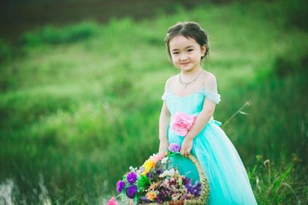 Công chúa đáng yêu đứng giữa đồng cỏ xanh mát. (Ảnh: Internet)
