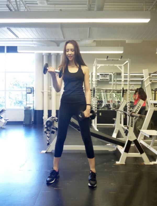 Phát sốt với thân hình hoàn mĩ của nữ sinh đại học thể thao