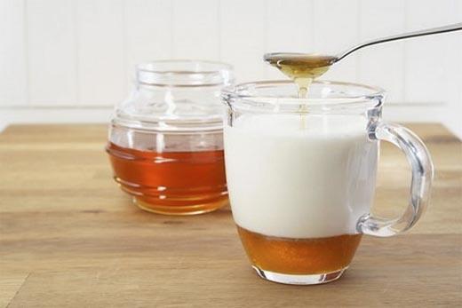 Mật ong và sữa chua cũng có tác dụng trị mụn đầu đen.(Ảnh: Internet)