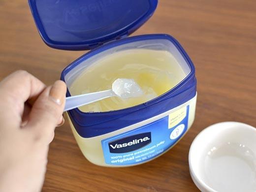 Vaseline không chỉ công dụng dưỡng ẩm cho da mà còn có thể làm dài mi và trị mụn. (Ảnh: Internet)